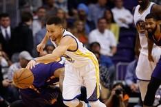 Curry roz� el triple doble ante los Suns