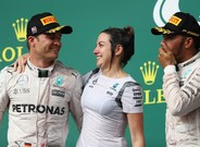 Rosberg, junto a Hamilton y la directora de marketing de Mercedes F1 en el podio de Austin