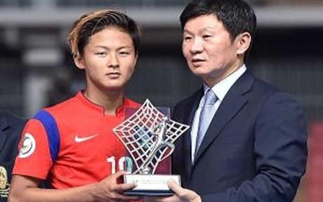 Lee Seung Woo recibe el galard�n como Mejor Jugador del torneo disputado en Thailandia