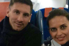 Leo Messi, con la azafata