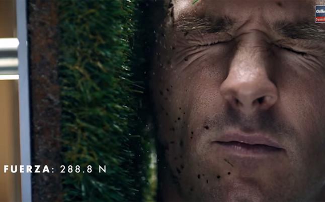 Messi mete la cabeza en un cubo en el último comercial para Gillette