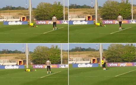 Neymar tuvo que completar diez flexiones al final del entrenamiento por haber fallado un gol