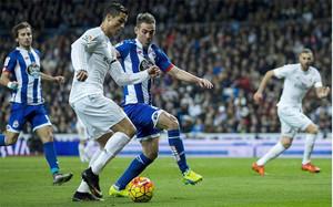 Cristiano Ronaldo, en una acción del Real Madrid-Deportivo de este sábado en el Santiago Bernabéu