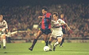 Gary Neville con el barcelonista Giovanni, en una acción del Barça-Manchester United (3-3) de la fase de grupos de la temporada 1998-99