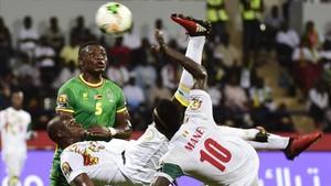 Mané abrió el marcador para Senegal y llevó de cabeza a la defensa de Zimbawue