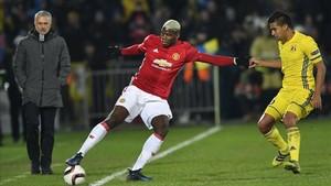 Mourinho, observando a Pogba en el partido de ayer