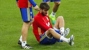 Gerard Piqué sufrió un golpe en el tobillo en Saint Denis