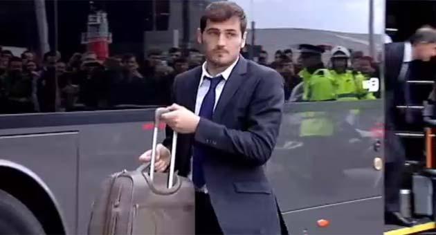 El Real Madrid fue recibido en Liverpool por decenas de aficionados