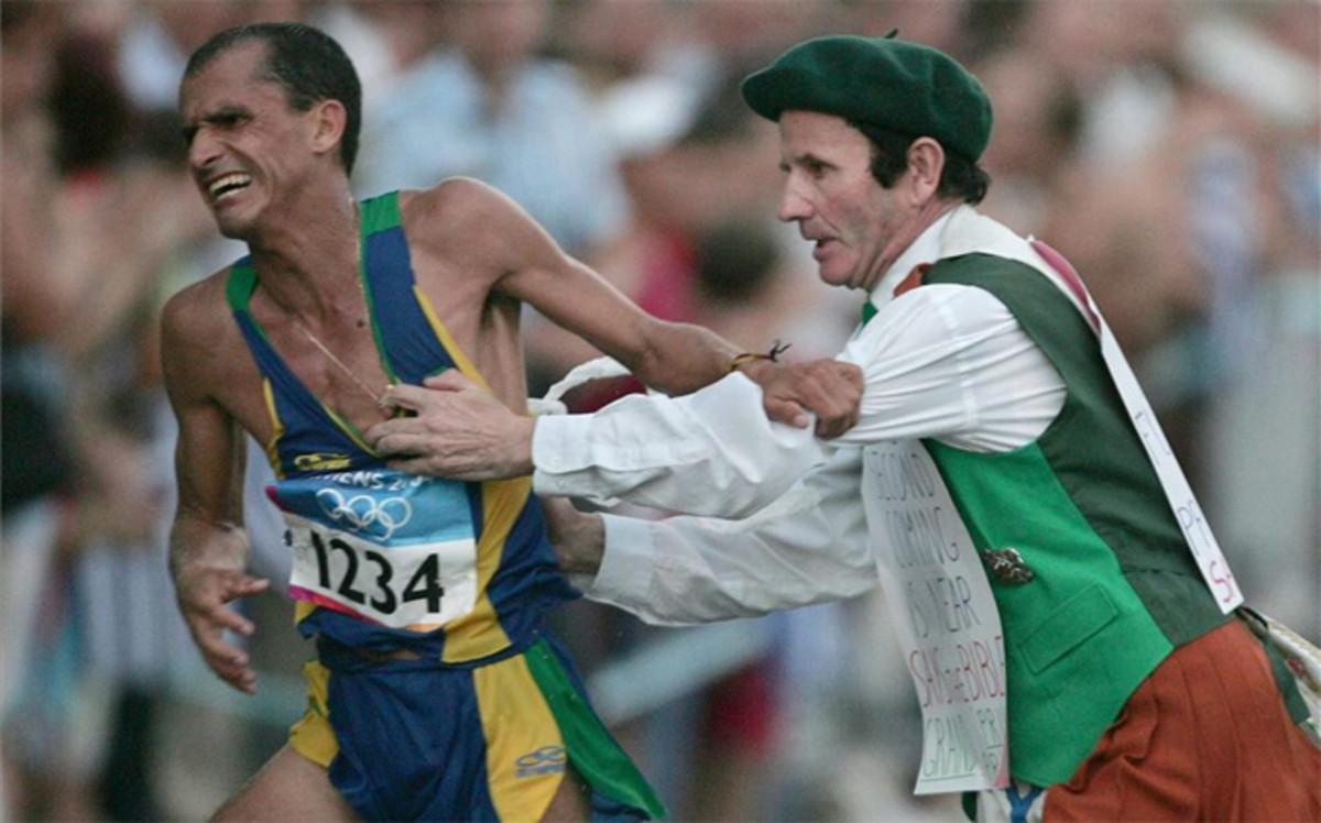 http://estaticos.sport.es/resources/jpg/1/3/vanderlei-lima-durante-maraton-atenas-2004-1470449662731.jpg