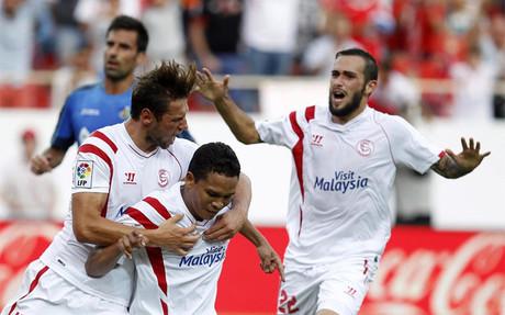Carlos Bacca (centro) celebra con sus compa�eros su gol al Getafe