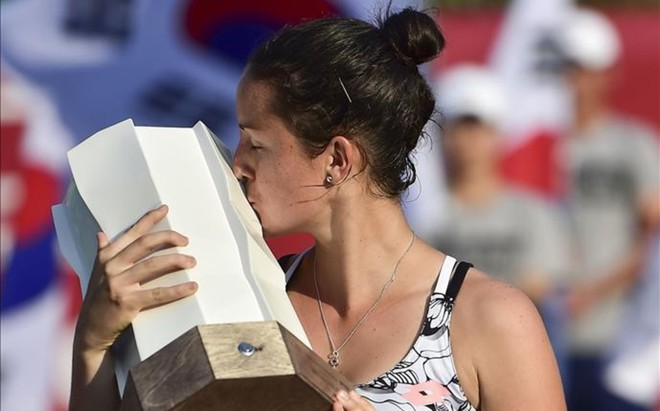 Lara Arruabarrena besa el trofeo de campeona de Se�l
