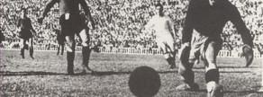 El diez de enero de 1943 hubo un empate a cinco que es el resultado con más goles de la historia liguera entre ambos equipos. Se adelantó dos veces el Madrid, se puso 5-3 el Barça y el Madrid acabó empatando en el minuto 87. La foto muestra uno de los dos goles que marcó Mariano Martín a Marzá