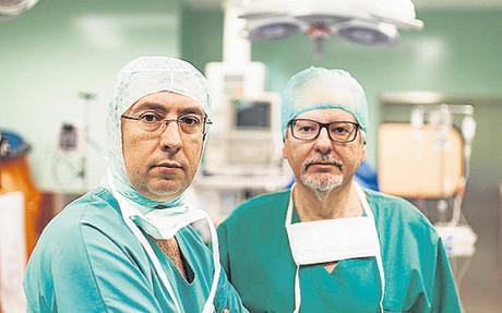 Los doctores Ayats y Oliver, antes de iniciar una intervenci�n