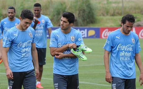 Vel�zquez, a la izquerda, y Luis Su�rez, durante un entrenamiento en Montevideo