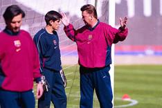 V�ctor Vald�s, junto a Van Gaal y Mourinho, en su primer entrenamiento con el Bar�a