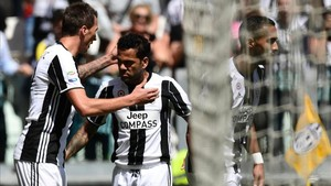 Alves felicita a Mandzukic tras lograr el croata el primer gol de la Juventus este domingo