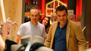 Andrés Iniesta, junto a un amigo, de compras