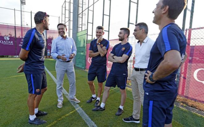 Josep Maria Bartomeu y Albert Soler junto a Luis Enrique y parte de su cuerpo t�cnico en la Ciutat Esportiva Joan Gamper este s�bado 23 de julio