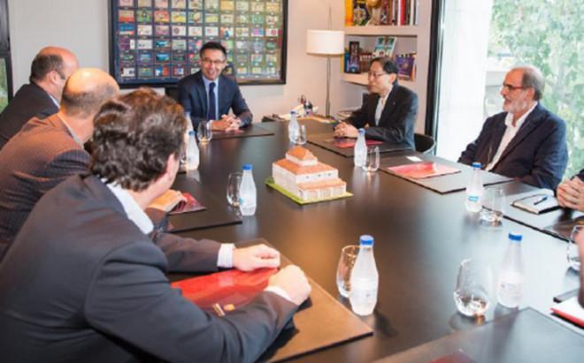 Josep Maria Bartomeu, presidente del FC Barcelona, en un momento de la reuni�n que ha mantenido este lunes con el presidente de Nikken Sekkei en las oficinas del club azulgrana