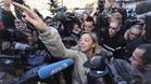 Sabine Kehm, mánager y portavoz del 'Kaiser', rodeada de un enjambre de periodistas