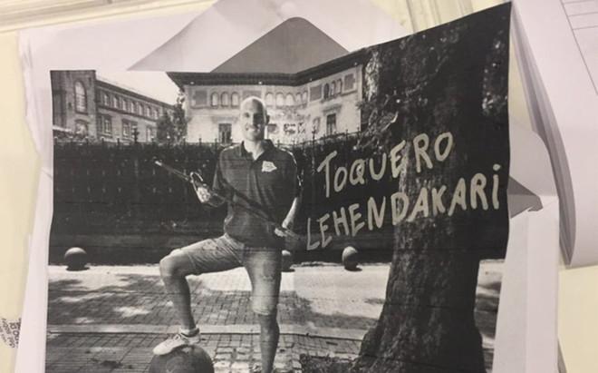 Una foto de Toquero dentro de un sobre de votaci�n