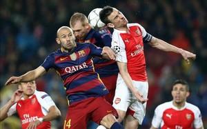 Javier Mascherano se multiplicó para frenar las embestidas ofensivas del Arsenal