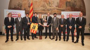 Las autoridades realizaron una fotografía con el trofeo del partido