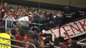 La policía cargó contra los aficionados del Bayern durante el partido del martes en el Bernabéu