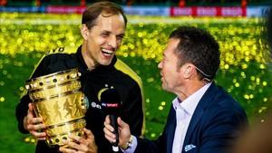 Tuchel alza la Copa y es entrevistado por Matthäus