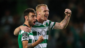 Jeremy Mathieu celebra con Bruno Fernandes un gol del Sporting al Tondela