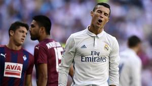 Cristiano Ronaldo se lamenta durante el Real Madrid - Eibar de la Liga 2016/17