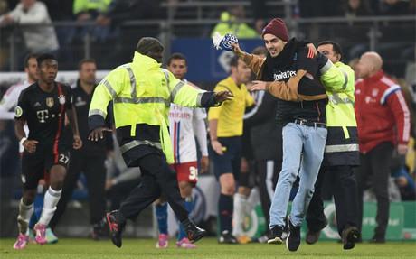 Ribéry recibió un bufandazo en la cara