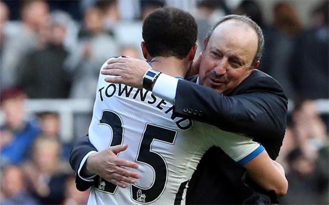 Ben�tez se abraza a Townsend, quien con su gol le dio el triunfo al Newcastle