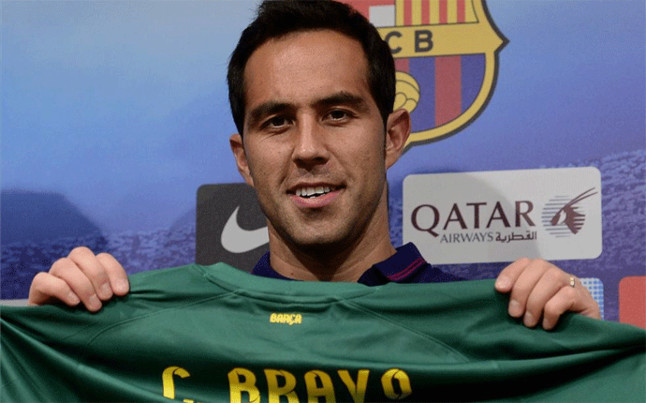 The 34-year old son of father (?) and mother(?), 185 cm tall Claudio Bravo in 2017 photo