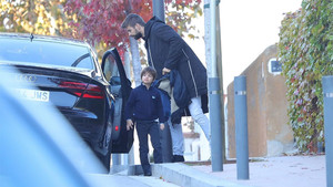 Gerard Piqué junto a su hijo Milan a la puerta del colegio del pequeño