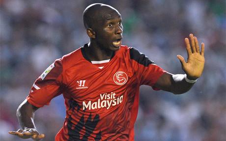 M'Bia celebra su gol al C�rdoba, el segundo del Sevilla