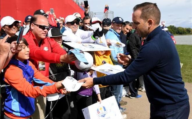 Sergio Garcia, firmando aut�grafos en Hazeltine tras el entrenamiento