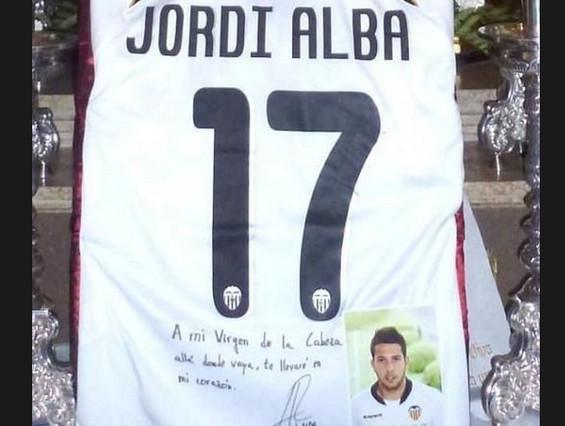 La camiseta de Jordi Alba, dedicada por el jugador, acompaña la Virgen desde 2011 | Foto: | @manuncicas