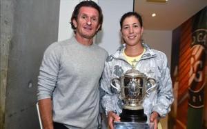 Sam Sumyk junto a Garbiñe Muguruza en el vestuario de Roland Garros