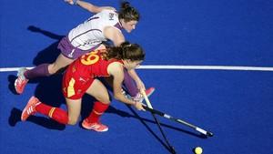 Lucía Jiménez disputa una bola a Jen Eadie