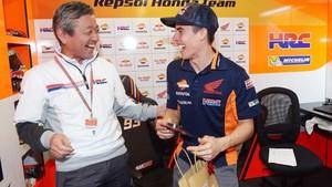 La cara de sorpresa de Marc en el box de Honda