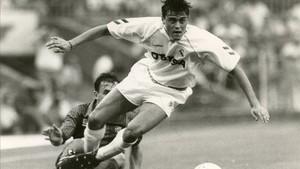 Luis Enrique supera a Ferrer en una acción del amistoso disputado 26 años atrás