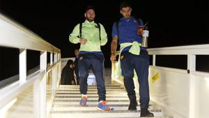 Leo Messi y Luis Suárez, bajando juntos del avión en Madrid