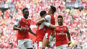 Los jugadores del Arsenal celebran el gol de Alexis