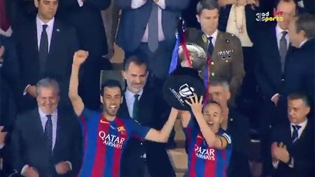 Así levantaron la Copa Iniesta y Busquets