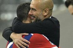 El abrazo entre Thiago y Guardiola despu�s de ganar al Oporto