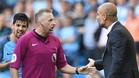 Guardiola discute con un árbitro