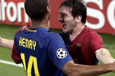 Henry y Messi, abraz�ndose en la final de Wembley