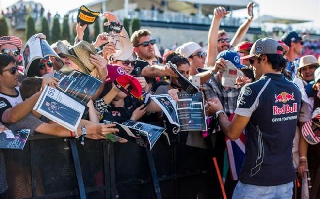 Carlos, rodeado de fans que buscan su aut�grafo