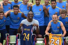 Kobe pos� con la plantilla del FC Barcelona el pasado verano en Carson